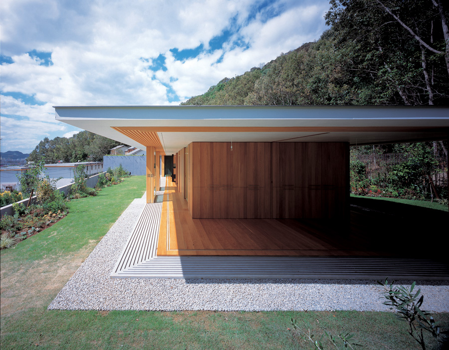 House of the day floating roof house by tezuka architects for Modern house journal